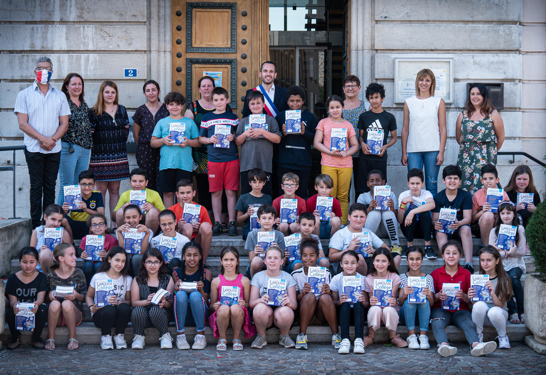 Distribution de dictionnaires aux écoliers de Saint-Vallier
